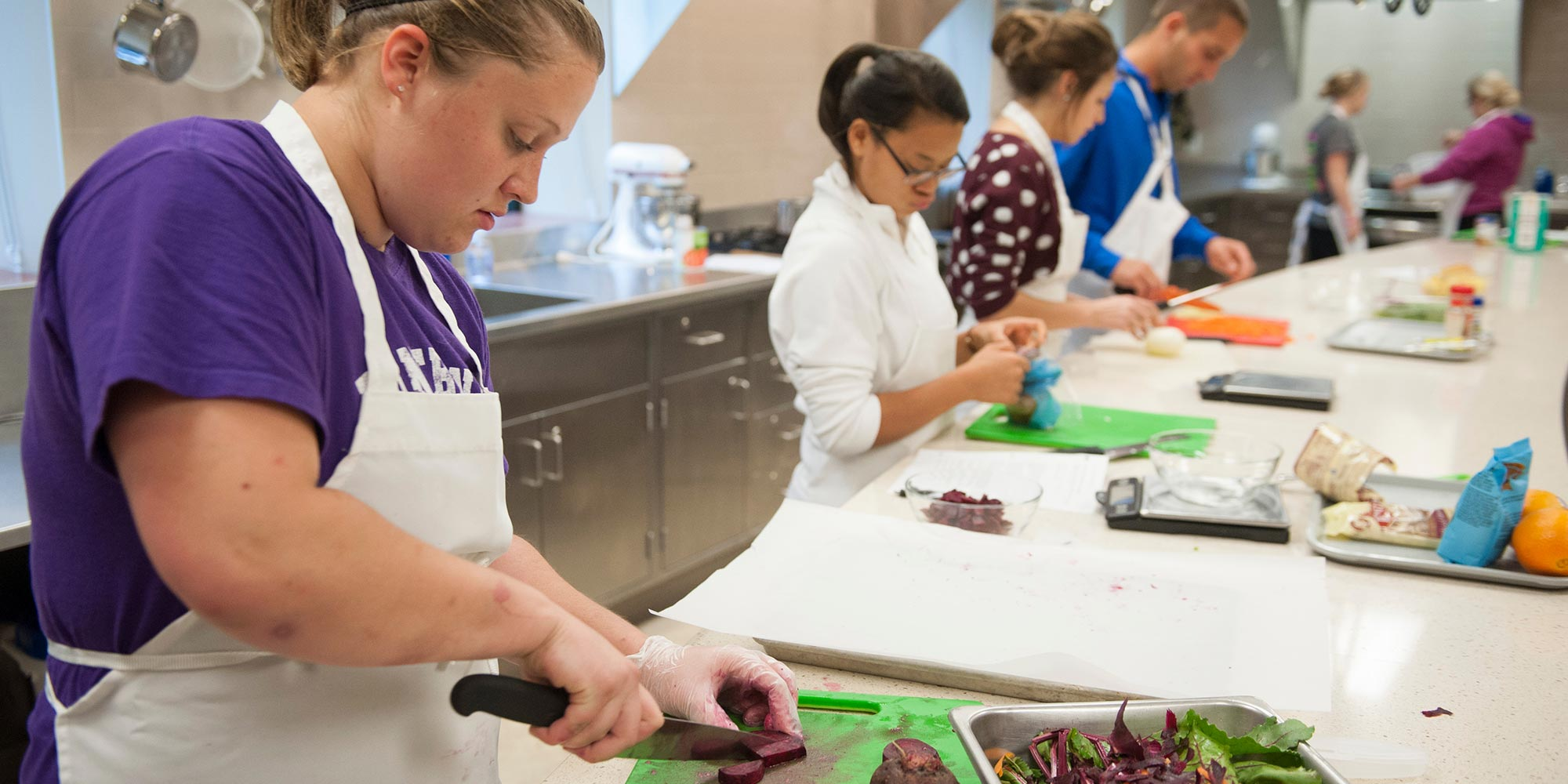 Dietics students working in the lab.